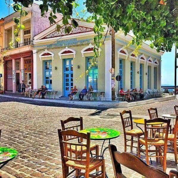 Τα καταπληκτικά καφενεδάκια των ελληνικών νησιών που ακουμπούν στο κύμα!!!
