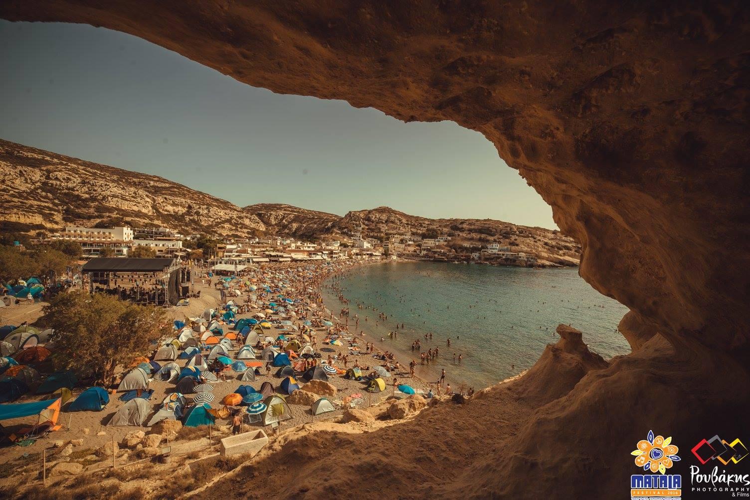 ... τα live της γιγάντιας σκηνής που στήνει επάνω στην παραλία το Matala  Beach Festival. Και για πρωινές βουτιές με φόντο τις απόκοσμες σπηλιές των  χίπηδων. 6f89b2f8d4b