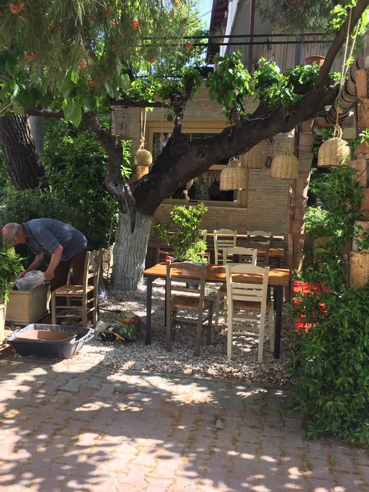 Μεζεδάκια και μπριζολίτσες στη σκιά: 4 σούπερ διευθύνσεις για φαγητό ως 17€ το άτομο