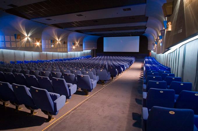 50a3808556e2 Κουρνιάζει στην ομώνυμη Στοά της Όπερας, η οποία πήρε το όνομά της από την  παρακείμενη Λυρική Σκηνή και βάφτισε με την σειρά της το σινεμά.